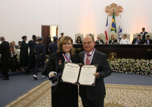 Diretor-geral da Egba, Roberto Britto, recebe comenda